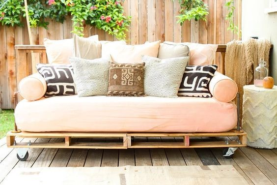 DIY pallet project daybed